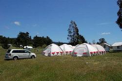tent lodges naast elkaar